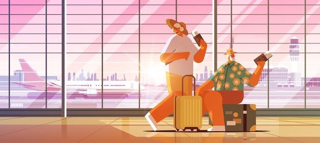 Coppia anziana di turisti nonni con bagagli in possesso di passaporti e biglietti pronti per l'imbarco all'aeroporto attivo vecchiaia vacanza estiva concetto orizzontale a figura intera illustrazione vettoriale