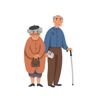 Anziano uomo anziano e donna con gli occhiali in piedi insieme