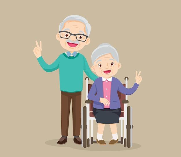La donna anziana si siede su una sedia a rotelle e il vecchio