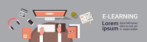 Insegna online di istruzione di elearning con la mano dello studente che lavora al modello orizzontale dell'insegna di vista superiore del posto di lavoro del computer