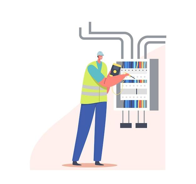 L'elettricista esamina la bozza di lavoro o misura la tensione sul cruscotto. concetto di sicurezza antincendio, energetica e elettrica