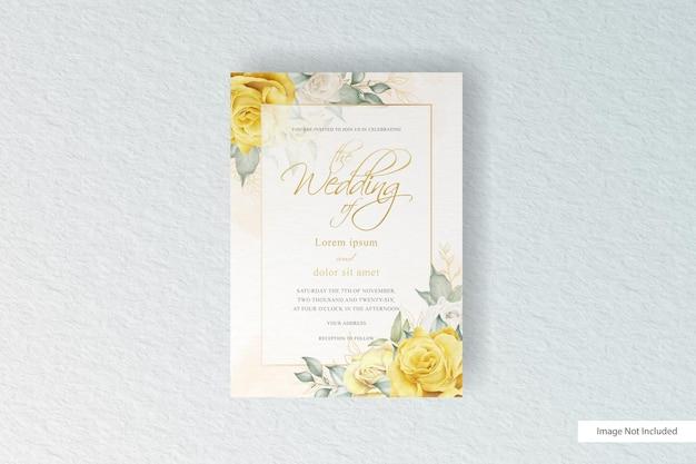 Modello di invito a nozze elegante con fiori e foglie ad acquerello