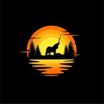 Disegno di logo animale di vettore dell'illustrazione della siluetta dell'elefante arancione tramonto nuvoloso vista sull'oceano