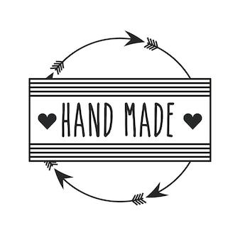 Emblema del concetto fatto a mano con cuore e frecce