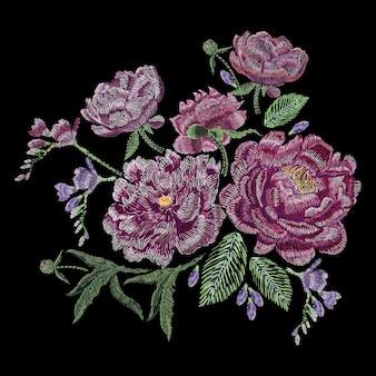 Composizione ricamata con peonie, fiori selvatici e da giardino, boccioli e foglie. ricamo a punto raso, disegno floreale su fondo nero. modello alla moda della linea folk per vestiti, vestiti, tessuti, decorazioni.