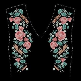 Composizione ricamata con rose, fiori di campo, foglie e libellula. ricamo a punto pieno motivo floreale su sfondo nero. motivo alla moda di linea folk per scollatura di vestiti, decorazione di abiti.