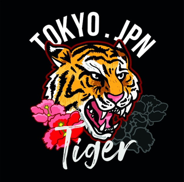 Testa del ricamo della tigre selvaggia arrabbiata con il concetto decorativo di tokyo del giappone dei fiori rosa.