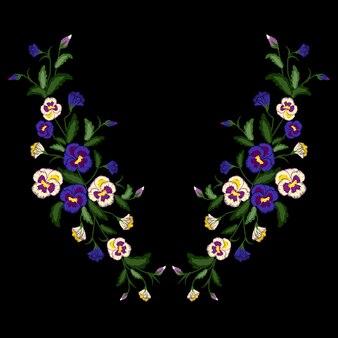 Bouquet di viole del ricamo, tradizionale ornamento popolare con fiori per la progettazione di abiti. scollatura