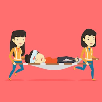 Medici di emergenza che trasportano l'uomo sulla barella.