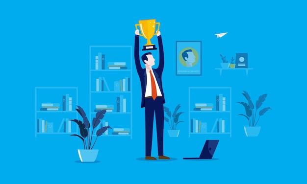Dipendente del concetto mese con uomo d'affari che tiene un trofeo sopra la sua testa in ufficio