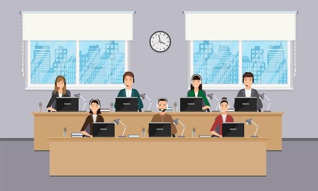 Dipendenti del call center sui luoghi di lavoro in ufficio. operatori in cuffia alle scrivanie.