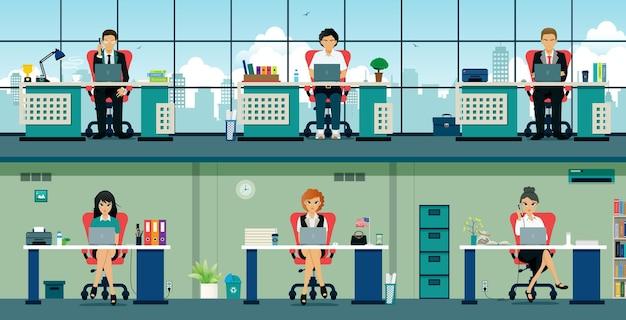 I dipendenti si siedono alla scrivania con computer e gadget