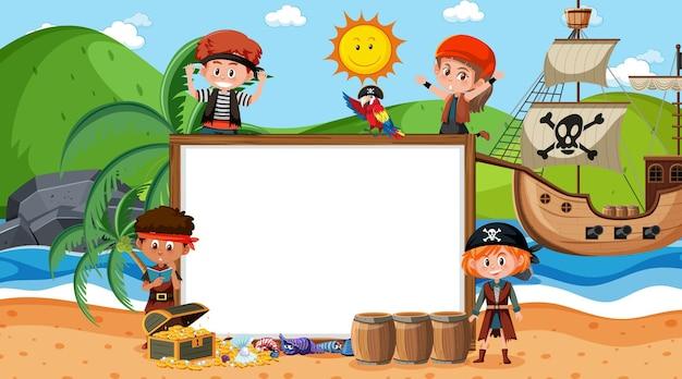 Modello di banner vuoto con bambini pirata sulla scena diurna della spiaggia
