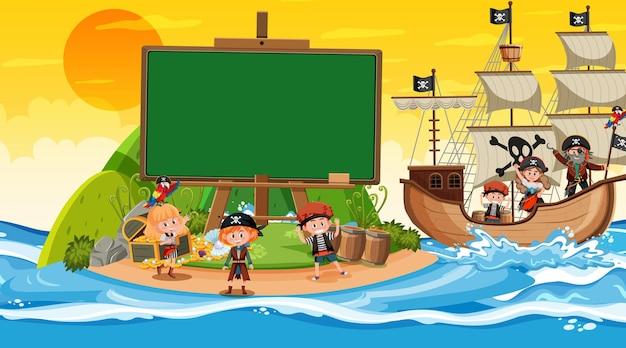 Modello di banner vuoto con bambini pirata sulla scena del tramonto sulla spiaggia