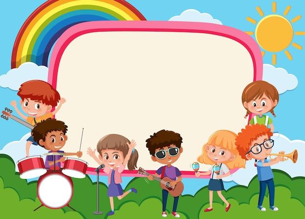 Banner vuoto con bambini che suonano diversi strumenti musicali