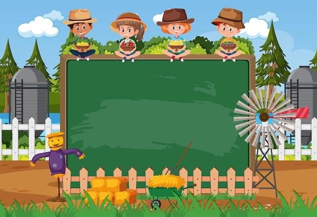 Lavagna vuota con bambini contadini nella scena della fattoria