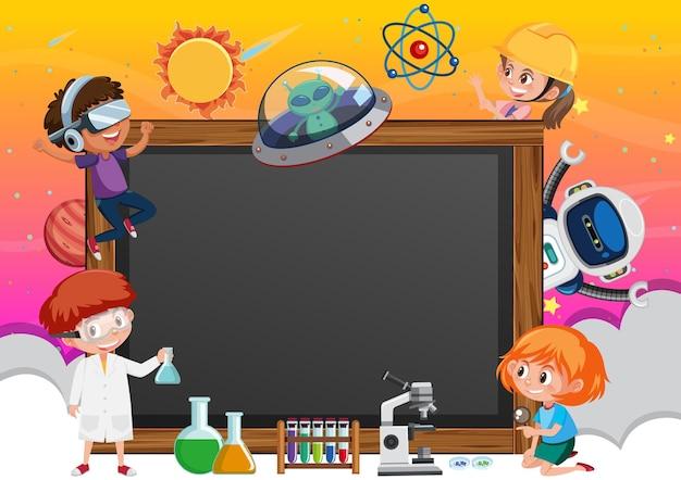 Lavagna vuota con bambini in tema tecnologico