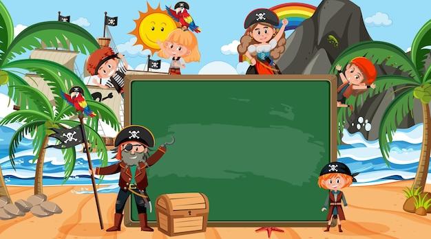 Lavagna vuota con molti personaggi dei cartoni animati di bambini pirati in spiaggia