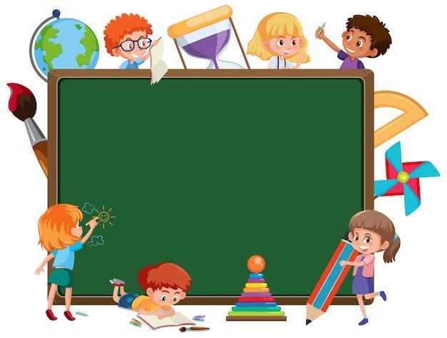Lavagna vuota con molti personaggi dei cartoni animati di bambini in età scolare