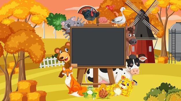 Lavagna vuota con vari animali della fattoria