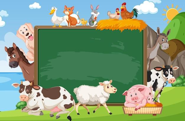 Lavagna vuota con vari animali da fattoria nella foresta