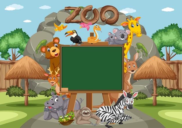 Lavagna vuota con vari animali selvatici nello zoo