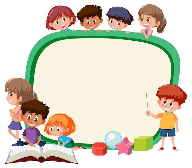 Tabellone vuoto con molti personaggi dei cartoni animati di bambini in età scolare