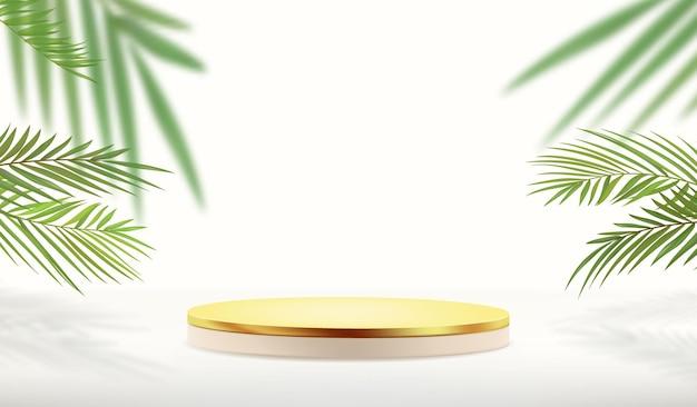 Piedistallo d'oro vuoto con piante tropicali su sfondo bianco