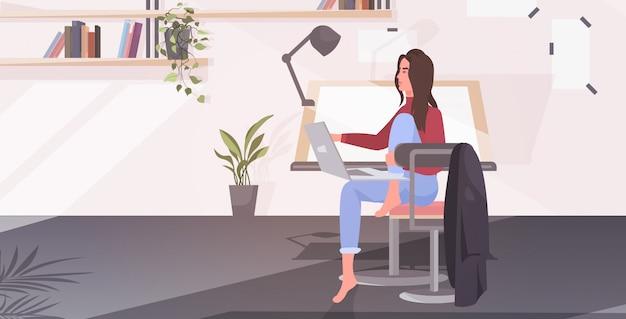 Non svuoti l'ufficio dell'architetto della gente con la sedia di scrittorio del disegno regolabile e l'area di lavoro interna della stanza dell'ingegnere dell'officina del computer per l'illustrazione orizzontale di vettore dell'artista