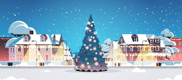 Vuoto nessun popolo strada di città con albero di abete decorato buon natale felice anno nuovo vacanze invernali celebrazione concetto paesaggio urbano sfondo biglietto di auguri illustrazione vettoriale orizzontale