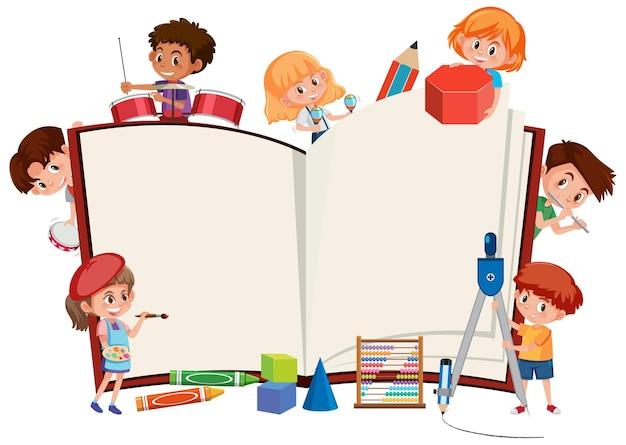 Libro aperto vuoto con scolari ed elementi di cancelleria