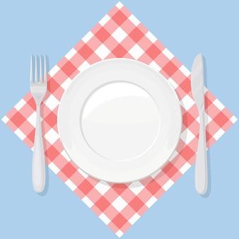 Piatto vuoto con coltello e forchetta sul panno rosso controllato