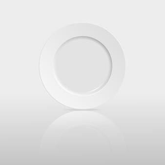 Piatto vuoto con la riflessione su sfondo bianco.