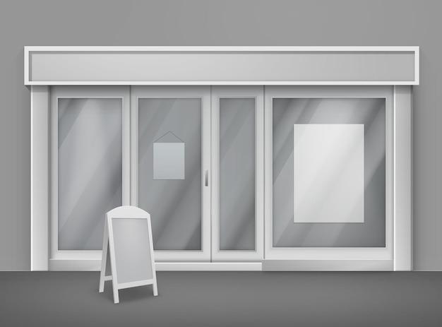 Negozio di fronte vuoto con grandi finestre