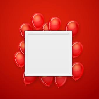Cornice bianca vuota su una parete con palloncini rossi volanti