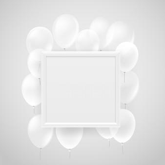 Cornice bianca vuota su un muro con palloncini bianchi che volano