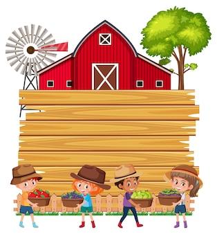 Tavola di legno vuota con bambini contadini e fienile