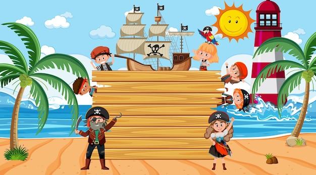Tavola di legno vuota con molti personaggi dei cartoni animati di bambini pirati in spiaggia