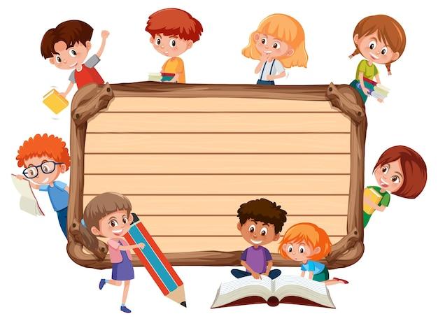 Tavola di legno vuota con molti personaggi dei cartoni animati di bambini in età scolare