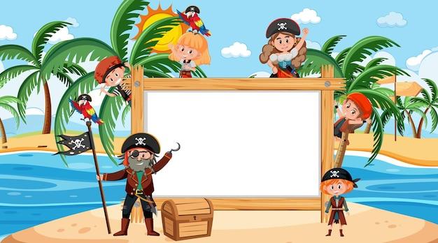 Cornice di legno vuota con molti personaggi dei cartoni animati di bambini pirati in spiaggia