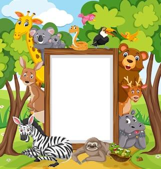 Cornice di legno vuota con vari animali selvatici nella foresta