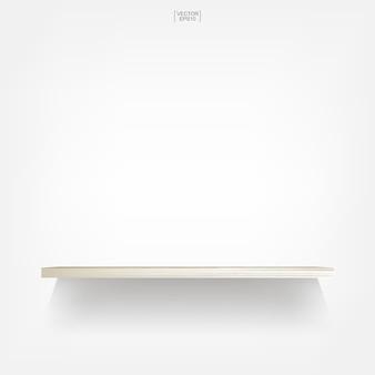 Ripiano in legno vuoto su sfondo bianco con ombre morbide