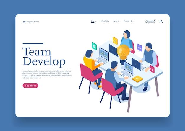 Team di ingegneri allo sviluppo del progetto la codifica sviluppa la programmazione con il concetto isometrico del laptop