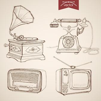 Incisione di musica video disegnata a mano vintage e raccolta di apparecchiature retrò. schizzo a matita telefono, grammofono, radio, media tv