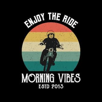 Goditi il viaggio vibrazioni mattutine tipografia da spiaggia per motociclisti per la stampa di magliette con moto