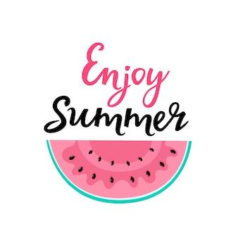 Goditi le scritte disegnate a mano estive con fetta di anguria. può essere usato come design per t-shirt.