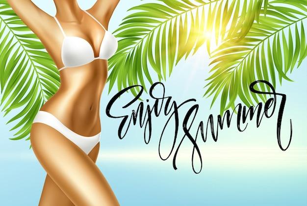 Goditi la calligrafia estiva. ragazza in bikini sullo sfondo del mare e delle foglie di palma.