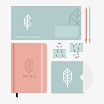 Busta e matite con fascio di elementi del set di mockup nel disegno bianco dell'illustrazione