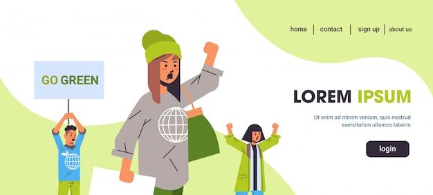Attivisti ambientali in possesso di poster andare verde salvare il concetto di sciopero del pianeta manifestanti che fanno una campagna per proteggere la terra dimostrando contro il riscaldamento globale ritratto spazio orizzontale copia