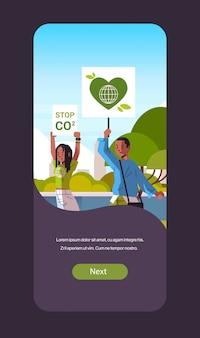 Attivisti ambientali azienda poster andare verde salvare pianeta sciopero concetto manifestanti campagna per proteggere la terra dimostrando contro il riscaldamento globale ritratto mobile app verticale spazio copia